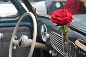 Zeigt die Innenausstattung von Oval Käfer mit Rose!