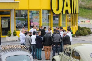 Bild zeigt die Fahrer, bei der Besprechung der Ausfahrt...