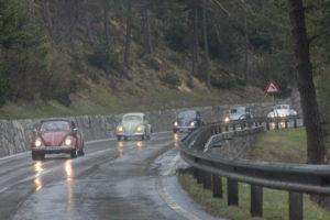 Am Bild zu sehen die Käfer im Regen, Cabrio hinten hat das Dach noch offen...