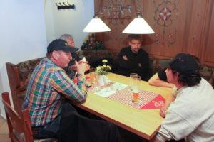 Bild zeigt die Truppe um Obmann Marcel, die separat sitzen musste...