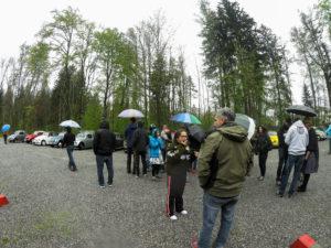 Im Regen wird am Parkplatz besprochen wie man zum Schloss kommt.