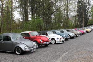 Aufgefädelt stehen die Käfer am Parkplatz.