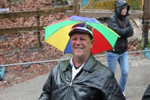 Bild zeigt Regenhut von Mitglied Pete auf seinem Kopf :)
