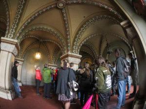 Bild zeigt uns im ersten Raum der Führung im Schloss...